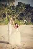 Nouveaux mariés avec le bouquet de mariage Image libre de droits
