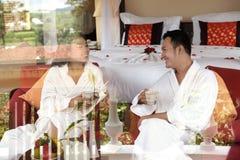 Nouveaux mariés ayant le thé de matin Photo stock