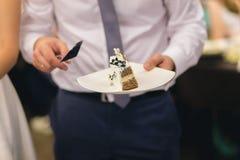 Nouveaux mariés coupant le gâteau de mariage Photographie stock libre de droits