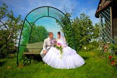 Nouveaux mariés dans l'amour avec le jour du mariage Photo stock