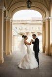 Nouveaux mariés dans la voûte de l'église Photo stock