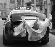 Nouveaux mariés dans le véhicule de mariage Photo stock