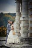 Nouveaux mariés dans un manoir Photo stock