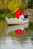 Nouveaux mariés de couples dans le bateau blanc Photographie stock libre de droits