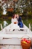 Nouveaux mariés de couples dans le bateau blanc Images libres de droits