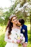 Nouveaux mariés de couples en parc d'été Photos stock