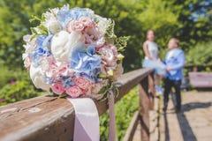 Nouveaux mariés de silhouette et bouquet brouillés de mariage Photo stock