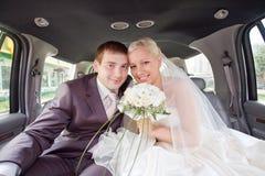 Nouveaux mariés de sourire Photos stock