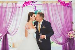 Nouveaux mariés de sourire heureux élégants sur la cérémonie de mariage extérieure de luxe dans la tente de brume près de l'océan Image libre de droits