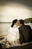 Nouveaux mariés embrassant dans le rétro style Photo stock