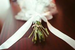 Nouveaux mariés et bouquet d'anneaux Photo stock