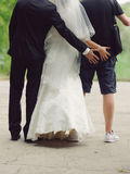 Nouveaux mariés et Groomsman ayant l'amusement images libres de droits