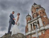 Nouveaux mariés et tour Gardos Image libre de droits