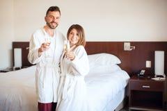 Nouveaux mariés grillant avec le champage Photo libre de droits