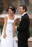 nouveaux mariés heureux Photos libres de droits