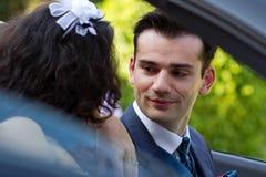 Nouveaux mariés heureux dans le cabrio Photos stock