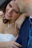 Nouveaux mariés heureux dans le cabrio Photo stock