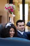 Nouveaux mariés heureux dans le cabrio Photos libres de droits