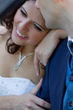 Nouveaux mariés heureux dans le cabrio Photographie stock libre de droits