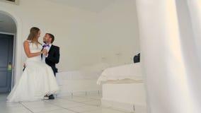 Nouveaux mariés heureux dans leur hôtel clips vidéos