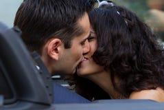 Nouveaux mariés heureux embrassant dans le cabrio Photo libre de droits
