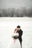 Nouveaux mariés heureux, jeunes mariés posant sur la rivière avec de belles vues Photographie stock