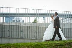 Nouveaux mariés marchant dans la ville Image libre de droits