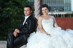 Nouveaux mariés posant à côté du pilier Photographie stock