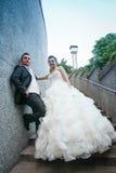 Nouveaux mariés posant sur les étapes en pierre Image stock