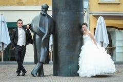 Nouveaux mariés s'appuyant sur August Senoa Monument Image stock