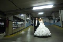 Nouveaux mariés se tenant dans le garage Photographie stock
