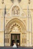 Nouveaux mariés se tenant devant la cathédrale Image stock