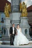 Nouveaux mariés se tenant devant la fontaine Images stock