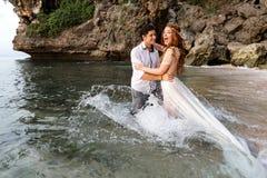 Nouveaux mariés sur la plage photo libre de droits