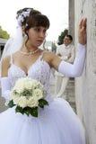 Nouveaux mariés sur la promenade. Image libre de droits