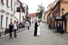 Nouveaux mari?s embrassant ? c?t? du mur de briques rouge Jeunes couples de mariage photographie stock