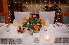 Nouveaux mariés épousant la table Photos stock