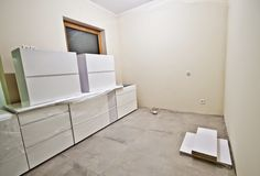 Nouveaux meubles blancs de cuisine image stock