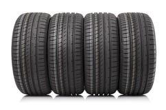 Nouveaux pneus de voiture d'isolement sur le fond blanc Photo stock