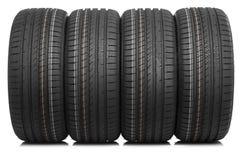 Nouveaux pneus de voiture d'isolement sur le fond blanc Photographie stock