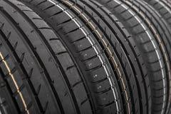 Nouveaux pneus de voiture d'isolement sur le fond blanc Images libres de droits