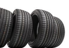 Nouveaux pneus de voiture d'isolement sur le fond blanc Photos stock