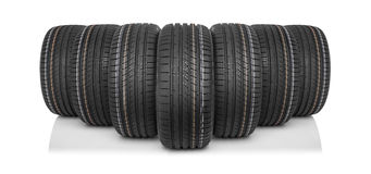Nouveaux pneus de voiture d'isolement sur le fond blanc Photographie stock libre de droits