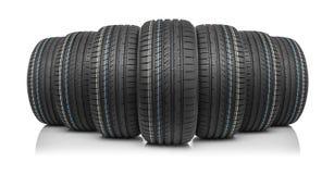 Nouveaux pneus de voiture d'isolement sur le fond blanc Photo libre de droits