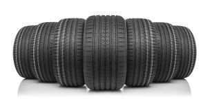 Nouveaux pneus de voiture sur le fond blanc Photo libre de droits