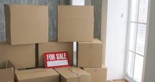 Nouveaux propriétaires déballant des boîtes concept mobile de jour grandes boîtes en carton dans la nouvelle maison clips vidéos