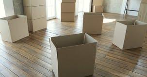 Nouveaux propriétaires déballant les boîtes, grandes boîtes en carton dans la nouvelle maison Déplacement à un nouveau concept d' clips vidéos