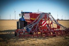 Nouveaux tracteurs de machines agricoles et équipement de labourage Photos stock