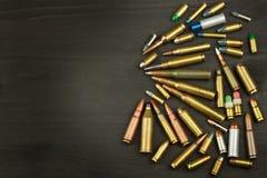 Nouveaux types de munitions Balles de différents calibres et types La droite au propre une arme à feu Ventes des armes et des mun Photographie stock