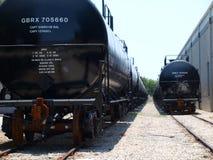 Nouveaux wagons-citernes sur la voie de garage de rail Photographie stock libre de droits
